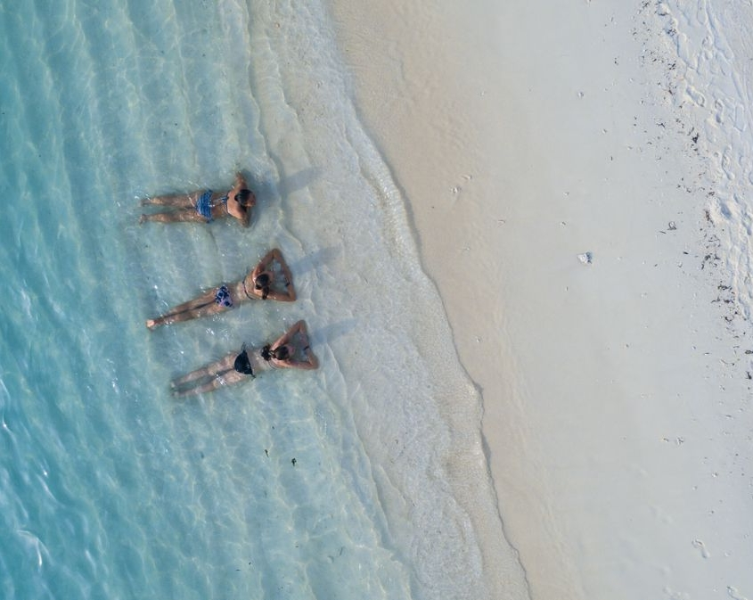 ragazze stese nel bagnasciuga oceano indiano