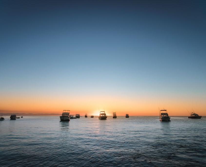 yacht sul mare all'alba